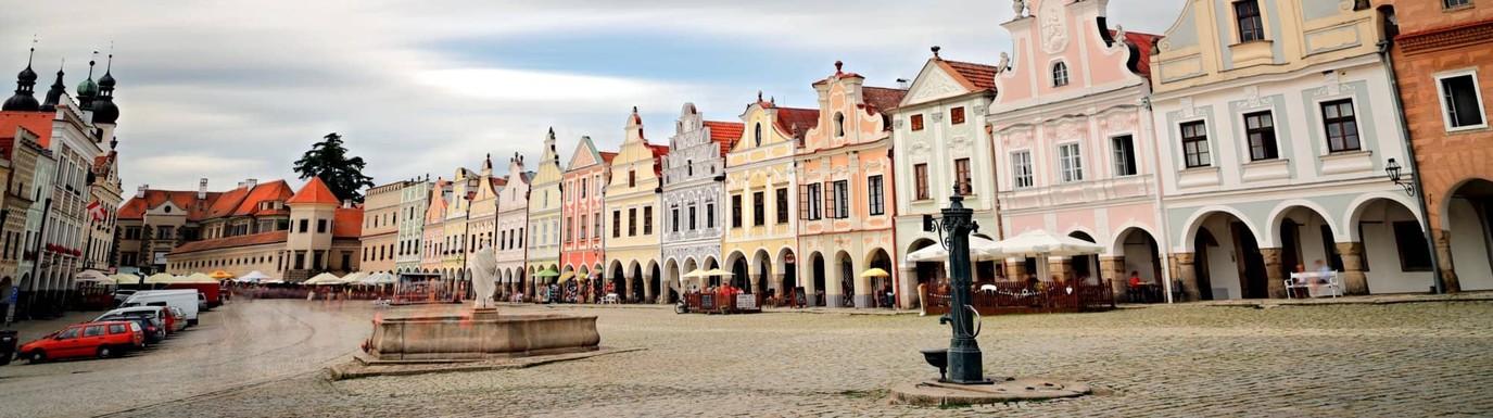 Pohled na zámek a část náměstí Zachariáše z Hradce v Telči