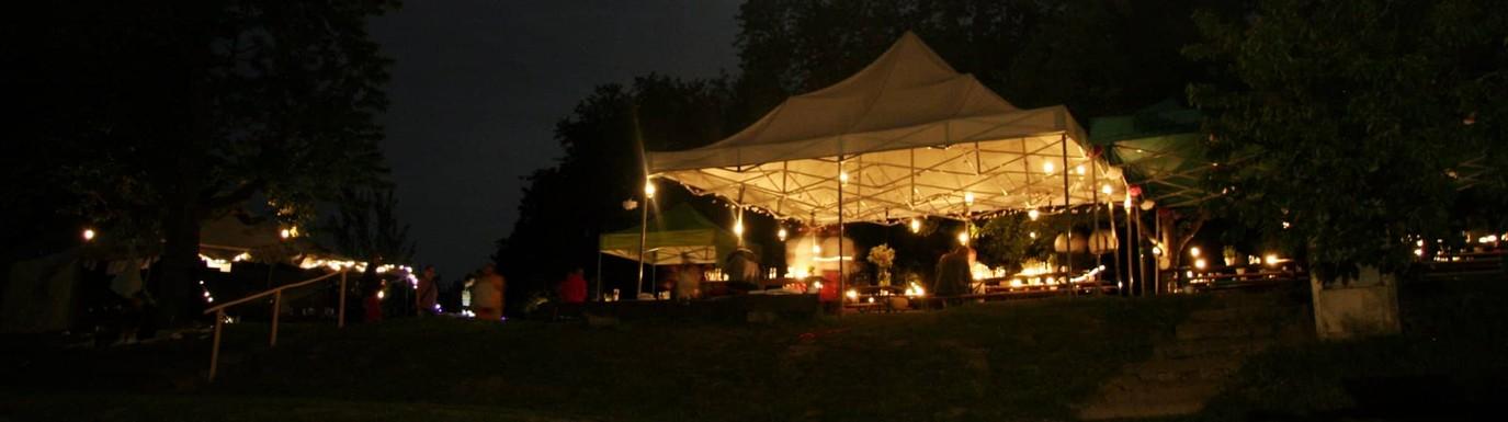 Nasvícené pártystany ve večerní zahradě